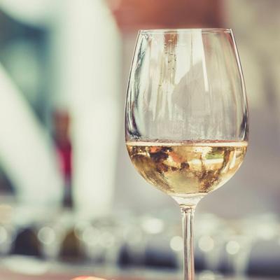 La zona di produzione del vino Lugana Doc si estende sulla sponda meridionale del Lago di Garda, nei comuni di Peschiera del Garda, Sirmione, Desenzano del Garda, Pozzolengo e Lonato.